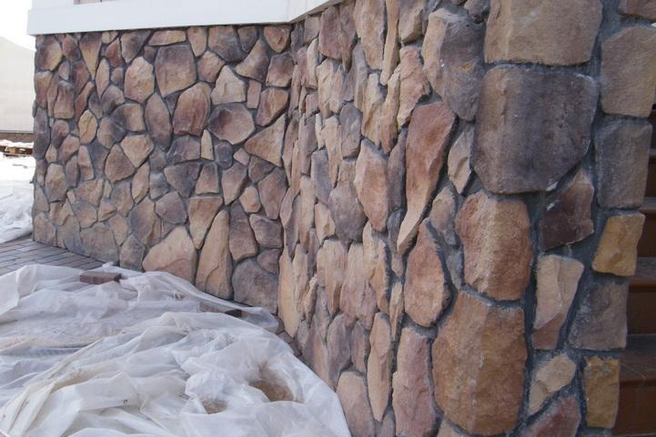 Цоколь из природного камня фото